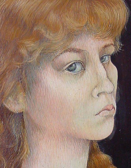 Das Gemälde zeigt im Dreiviertelprofil eine blonde junge Frau mit großen grauen Augen, die ihre Mundwinkel nach unten zieht, dadurch sehr kritisch und unsicher wirkt.