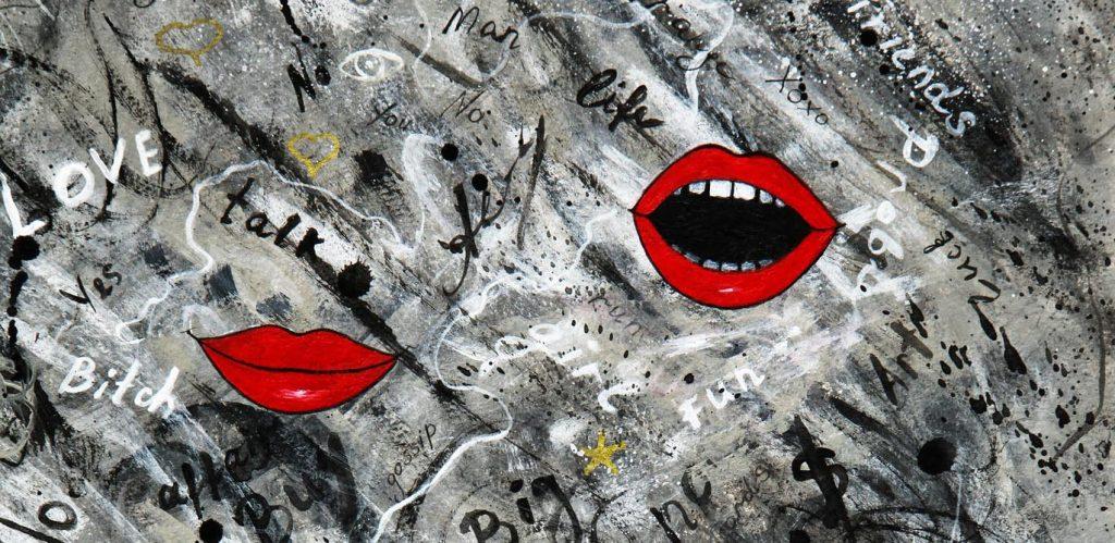 """Auf einem grauen Hintergrund, der mit Zeichen und englischen Worten wie """"talk"""" oder """"big"""" bedeckt ist, sind drei leuchtendrote Lippenpaare zu sehen, eines geschlossen, zwei weit geöffnet."""