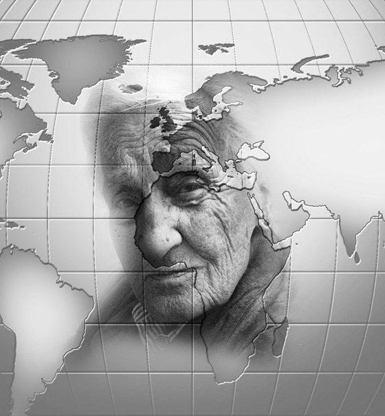 Durch das Raster eines Globus hindurch, erscheint zart das Gesicht einer alten Frau. Sie wirkt nachdenklich und skeptisch.