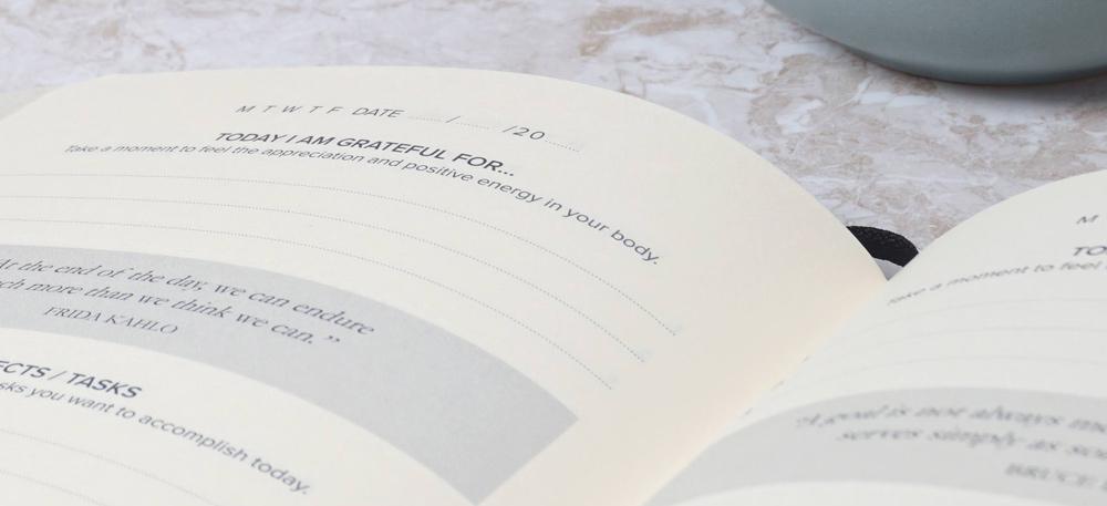 """Man sieht eine aufgeschlagene Seite des Kalenderbuches """"The Smart Plan"""" von Irini Koutava."""