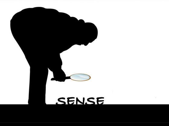 """Ein Scherenschnitt zeigt tiefschwarz auf weiß, der sich zur Erde bückt. Er trägt eine große Lupe in der Hand und beugt sich über das Wort """"sense""""."""