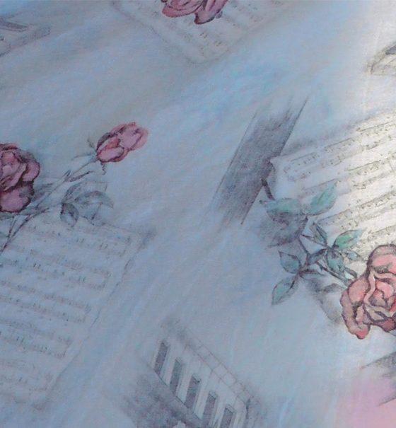 Auf Notenblättern und der Zeichnung einer Hausfassade sind gezeichnete, zartrosa Rosen verstreut.
