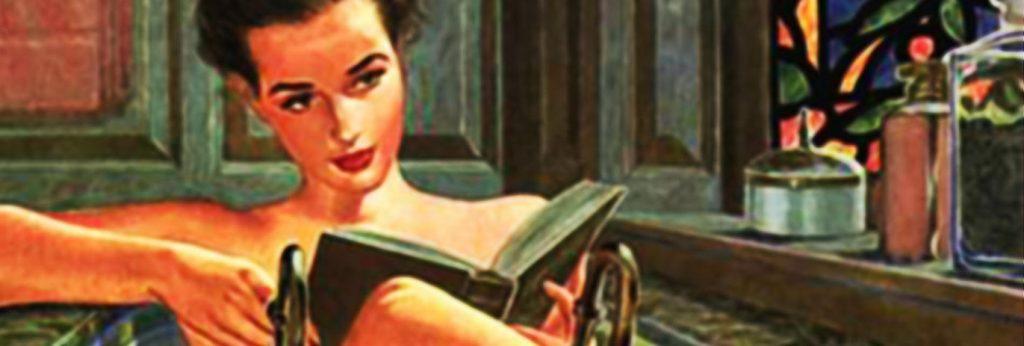 Eine junge Frau liegt lesend in einer altmodischen Badewanne.