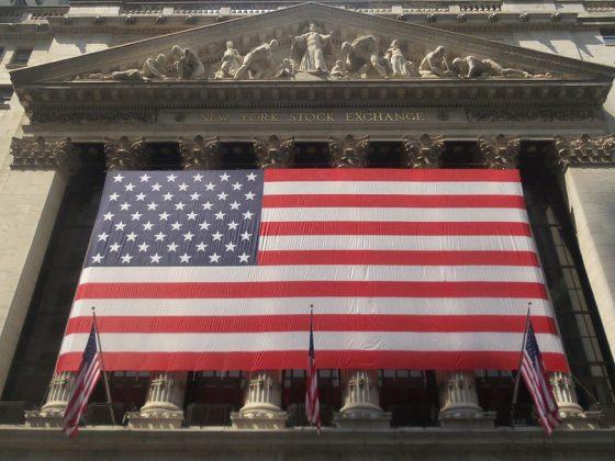 """Die amerikanische Flagge """"stars and stripes"""" ist über den Eingangsbereich der New Yorker Börse gespannt."""